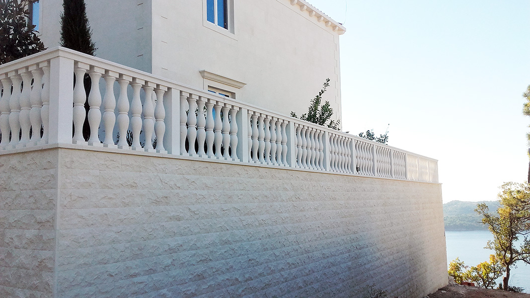 ok-stipe-villa-wall-with-fence
